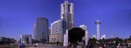 桜木町駅前からみなとみらいを望む。